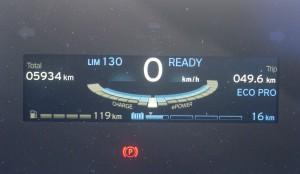 土山SA到着時のメーター表示。下段右の16kmがCD走行可能距離、左の119kmがCS走行可能距離を示すが、コロコロ変わるので参考程度にしかならない。