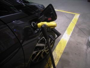 高速のガソリンは高いので、一般道に降りてから安いセルフで給油。3.85リッター入りました。i3の給油口には、弁が口元に有って入れ難い。